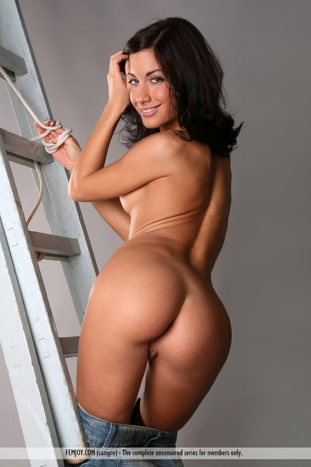 Brunette nude ass