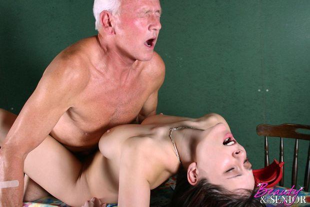 порнуха старый дед и молодая